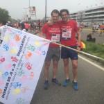 i campioni di atletica Andrea Giannini e Alessandro Orlandi con la nostra bandiera