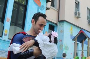 superman con bambina